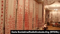 На нині голих стінах висіли ось такі рушники (фото зроблене Радіо Свобода два тижні тому)