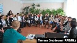 """Discuţii în cadrul orei de film didactic la liceul """"Mihai Eminescu"""" de la Străşeni"""