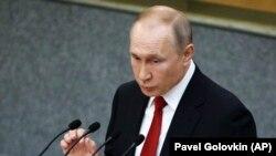 «Путін побачив світ у смуті і вирішив, що світ потребує більше Путіна», – йдеться у статті Bloomberg