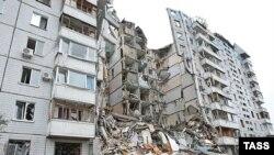 Спасатели третьи сутки разбирают завалы, несмотря на то, что в любой момент конструкции десятиэтажного дома могут рухнуть