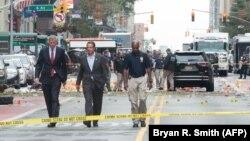 فرماندار نیویورک (وسط) در کنار شهردار نیویورک در حال بازدید از محل انفجار