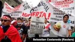 Перуанцы выступают против локдауна в стране.