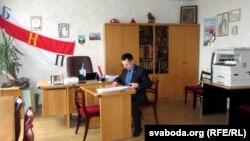 Сяргей Чаркасаў у сваім кабінэце ў офісе НПГ.
