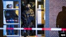 Policia speciale e Holandës gjatë një bastisjeje në qytetin Roterdam