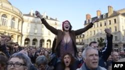 Сторонники Социалистической партии радуются победе Франсуа Олланда во втором туре президентских выборов во Франции. 6 мая 2012 г