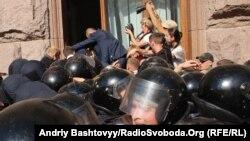 Шаардык кеңеш алдындагы тополоң. Киев, 19-август, 2013-жыл.