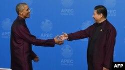 Барак Обама жана Си Цзиньпин АПЕКтин саммитинин жогорку даражалуу конокторуна арналган саммит башталар алдында. Бээжин, 10-ноябрь, 2014-жыл.