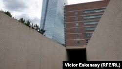 Intrarea în Memorialul Grossmarkthalle și clădirea Băncii Centrale Europene la Frankfurt