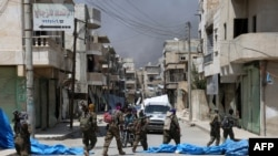 Патруль вооруженной оппозиции в сирийском городе Манбидж