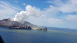 Imagine surprinsă pe 9 decembrie 2019 dintr-un elicopter care a încercat să salveze turiștii aflați pe insula White Island, unde un vulcan a erupt ucigându-i pe toși cei aflați pe insulă