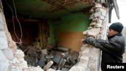 Pamje nga shkatërrimet në një shtëpi në një fshat afër Donjeckut