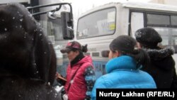 Қалалық автобус жолаушылары. Алматы, 22 қараша 2012 жыл.