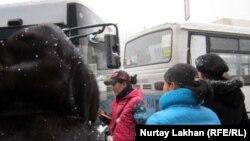 Пассажиры перед входом в автобус. Алматы, 22 ноября 2012 года.