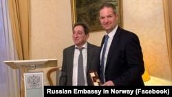 Посол России в Норвегии Теймураз Рамишвили (л) вручает часы от российского правительства Крыма главе организации «Народная дипломатия – Норвегия» Хендрику Веберу (п)