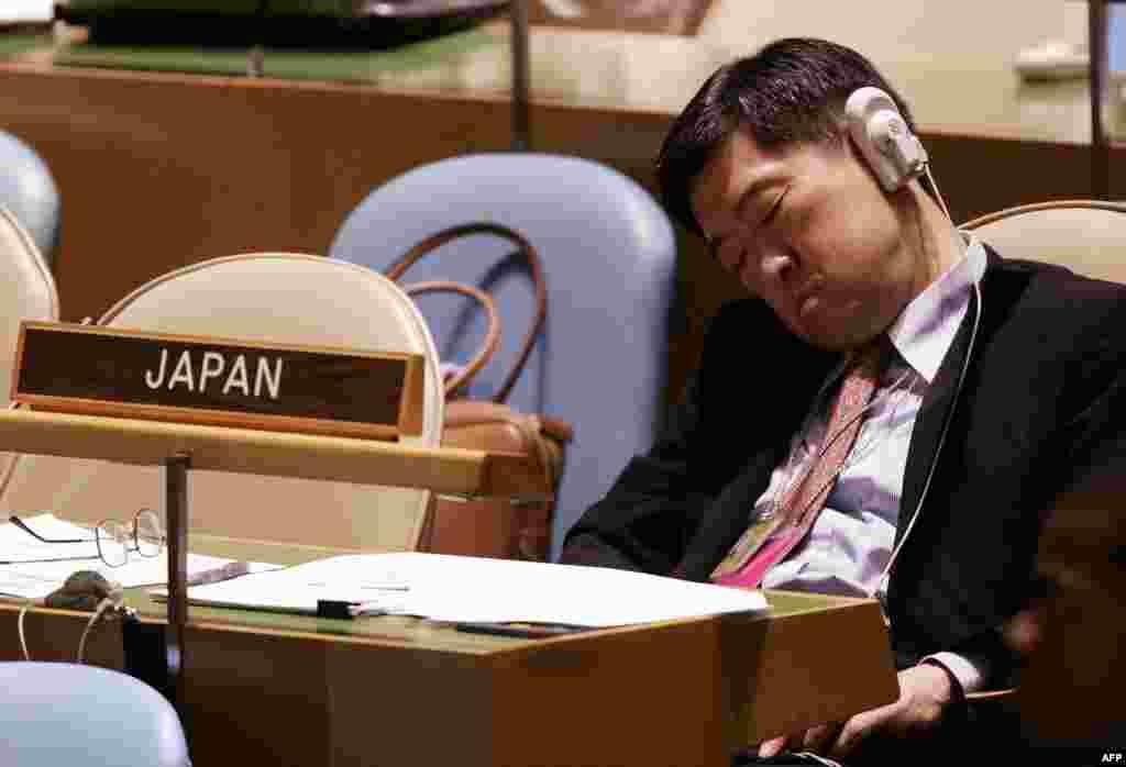 Делегат из Японии восстанавливает запас энергии во время 60-й сессии Генеральной Ассамблеи в штаб-квартире ООН