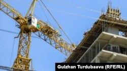 Одно из строящихся зданий в Бишкеке.