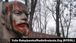Стела «Перемога комунізму неминуча» поблизу будівлі облдержадміністрації у Дніпрі (архівне фото)