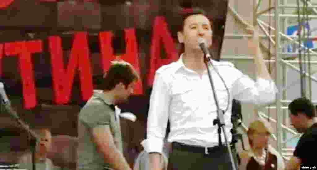 Болат Әбілев Ресей оппозициясының Мәскеудегі наразылық шарасында сөйлеп тұр. 12 маусым 2012 жыл.