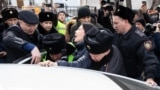Kazakh police forcibly detain independent journalist Inga Imanbai in Almaty in February 2020.
