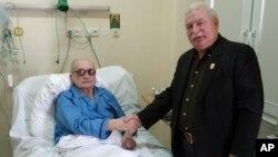 Лех Валенса (справа) посещает Ярузельского в варшавском госпитале, 24 сентября 2011