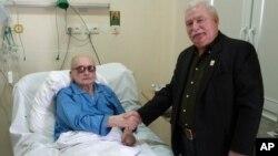 Лех Валенса посещает Войцеха Ярузельского в больничной палате