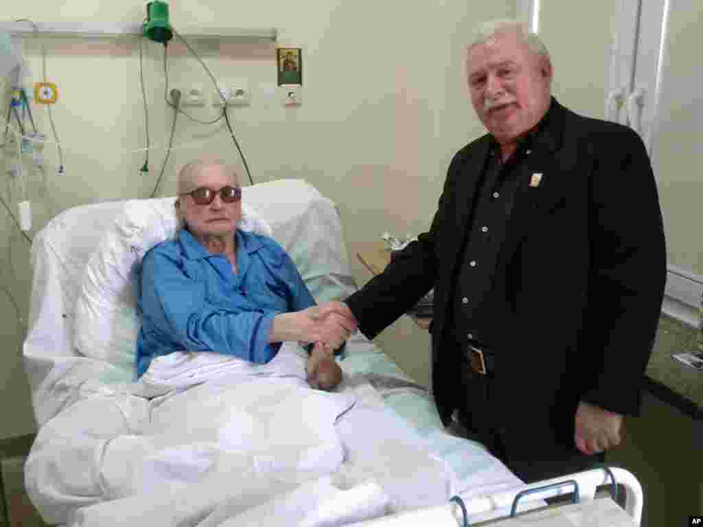 Lech Walesa shakes hands in a powerful gesture of reconciliation with Poland's last communist leader, General Wojciech Jaruzelski, at a Warsaw hospital. (AP Photo/lechwalesa.blip.pl)