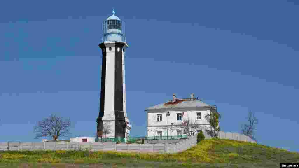 Кыз-Аульский маяк под Керчью. Свое название он получил от имени села Кыз-Аул, которое в 1944 году переименовали в Яковенково