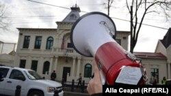 Socialiștii au protestat în fața ambasadelor SUA și a României