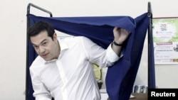 Грчкиот премиер Алексис Ципрас на гласањето.