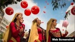 پوستری که در آن زنان ارمنی با لباس سنتی خود زیر بادکنیکهایی با پرچم کشور ترکیه ایستادهاند، در فروشگاههای استارباکس خبرساز شد