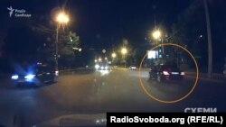 Далі журналісти помітили авто на повороті на «Новопечерські липки» – але автівка не виконала поворот, а проїхала повз