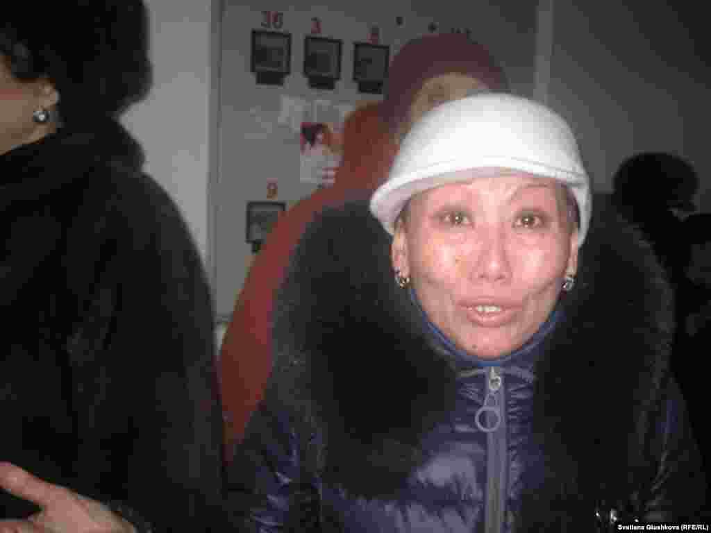 «Я просила: давайте хотя бы отопительный сезон переживем, куда мне с ребенком идти. У меня решение суда без предоставления другого жилья. Мне идти некуда», — говорит одна из выселяемых дольщиц Багдат Калиева. Астана, 30 января 2013 года.