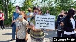"""Tекстилни работнички од штипската конфекција """"Алкон-текст"""", кои се на принуден одмор протестираат пред фабриката."""