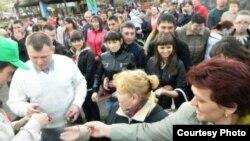 """""""Азатлык"""" лидерлары """"Кырлай"""" паркында Татар тасмасы тарата"""