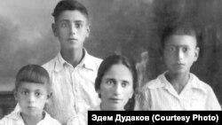 Шемси Дудакова и ее дети (слева направо) Руззет, Мугаррем и Арсен в спецпоселении. Узбекистан, Ферганская область, село Учкуприк, 1948 год