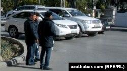 Aşgabadyň köçeleriniň birinde köçe-ýol hereketine gözegçilik edýän polisiýa işgärleri