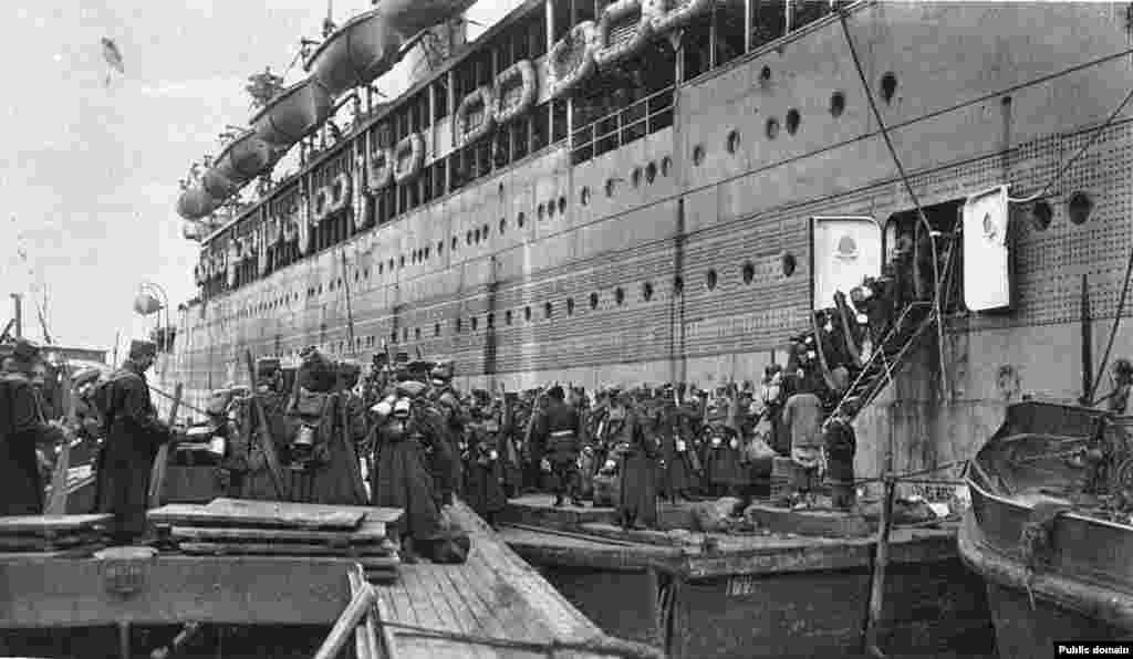 Legionnaires boarding at Vladivostok. The Czechoslovaks left behind some 4,000 dead but took with them more than 1,000 local women whom they had married.