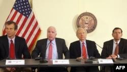 """Багдад -- АКШ сенаторлору 5-январда Ирактын борборунда маалымат жыйынын өткөрүшүп, Вашингтондо сот Blackwater күзөт компаниясынын беш кызматкерин актаганы үчүн """"терең өкүнүч"""" билдиришти."""