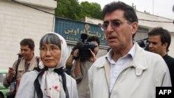 پدر و مادر رکسانا صابری در برابر ورودی زندان اوین ساعتی پیش از آزادی دخترشان
