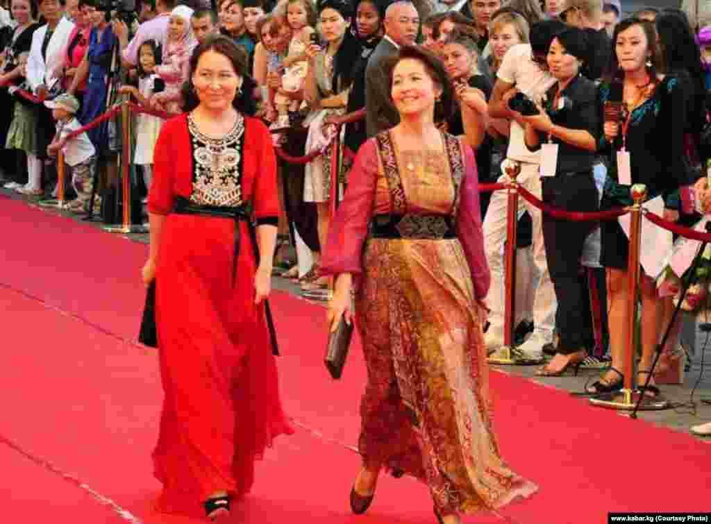 Раиса Атамбаева вместе с супругой экс-премьера КР Бабанова на фестивале мод в Бишкеке, 2012