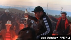 Эрмек Джунушбаев во время митинга в Джети-Огузском районе. 30 мая 2013 года