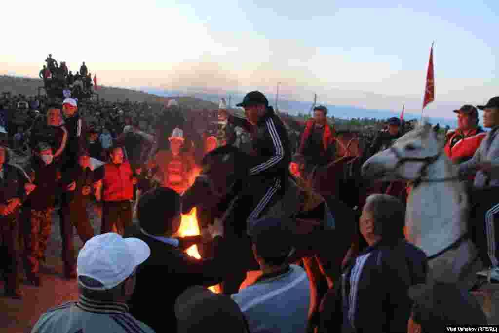 31 мая в Джеты-Огузском районе ввели ЧП из-за массовых беспорядков участников акций против Кумтора.
