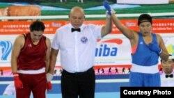 Бокстан Азия чемпионы Дариға Шәкімова (көк формада).