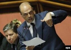Вице-премьер и министр внутренних дел Италии Анджелино Альфано выступает в парламенте по делу о незаконной депортации членов семьи казахского оппозиционера Мухтара Аблязова. Рим, 16 июля 2013 года.