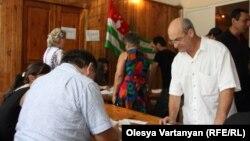 Во второй половине дня паспортный стол прекратил работу по распоряжению министра внутренних дел самопровозглашенной республики Абхазия Отара Хеция