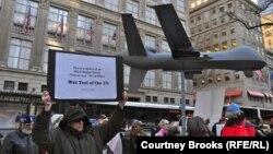 ԱՄՆ-ի կողմից այլ երկրներում անօդաչու թռչող սարքերի կիրառմամբ ռմբակոծությունների դեմ բողոքի ակցիա Նյու Յորքում, ապրիլ, 2013թ․