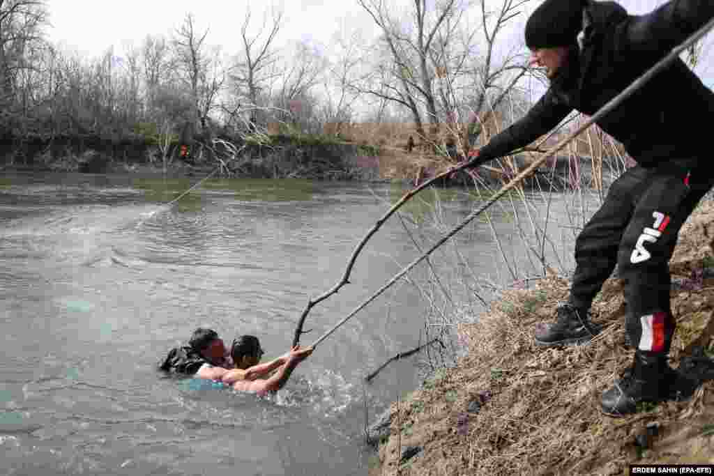 Refugees returned to the Turkish side of the border with the help of a rope after being stuck on a small island on the Meric River.