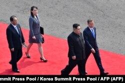 از جلو مون جهاین، رئیسجمهوری کره جنوبیِ، کیم جونگاون، خواهرش یاجانگ، در دیداری در بهار دو سال پیش