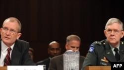 دنیس بلر (چپ)، مدير اطلاعات ملى آمريكا و ژنرال مايكل ماپلس، مدير آژانس اطلاعات دفاعى آمريكا در جلسه کنگره آمریکا