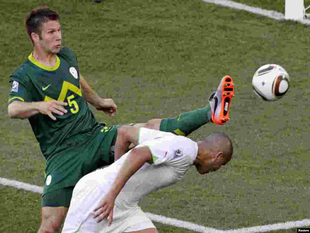 Igrači alžirske i slovenačke reprezentacije u susretu na Mokaba stadionu, 13.06.2010.